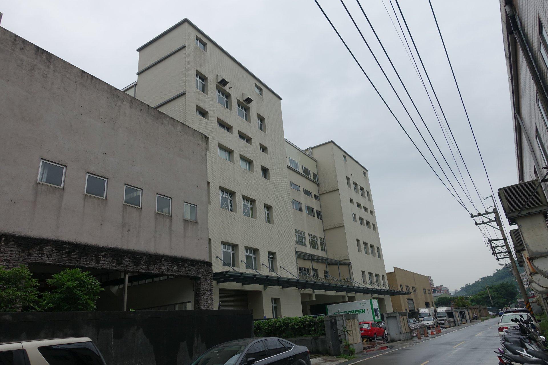 Lian Li Verwaltungsgebäude in Keelung. Die Produktion ist rechts gegenüber.