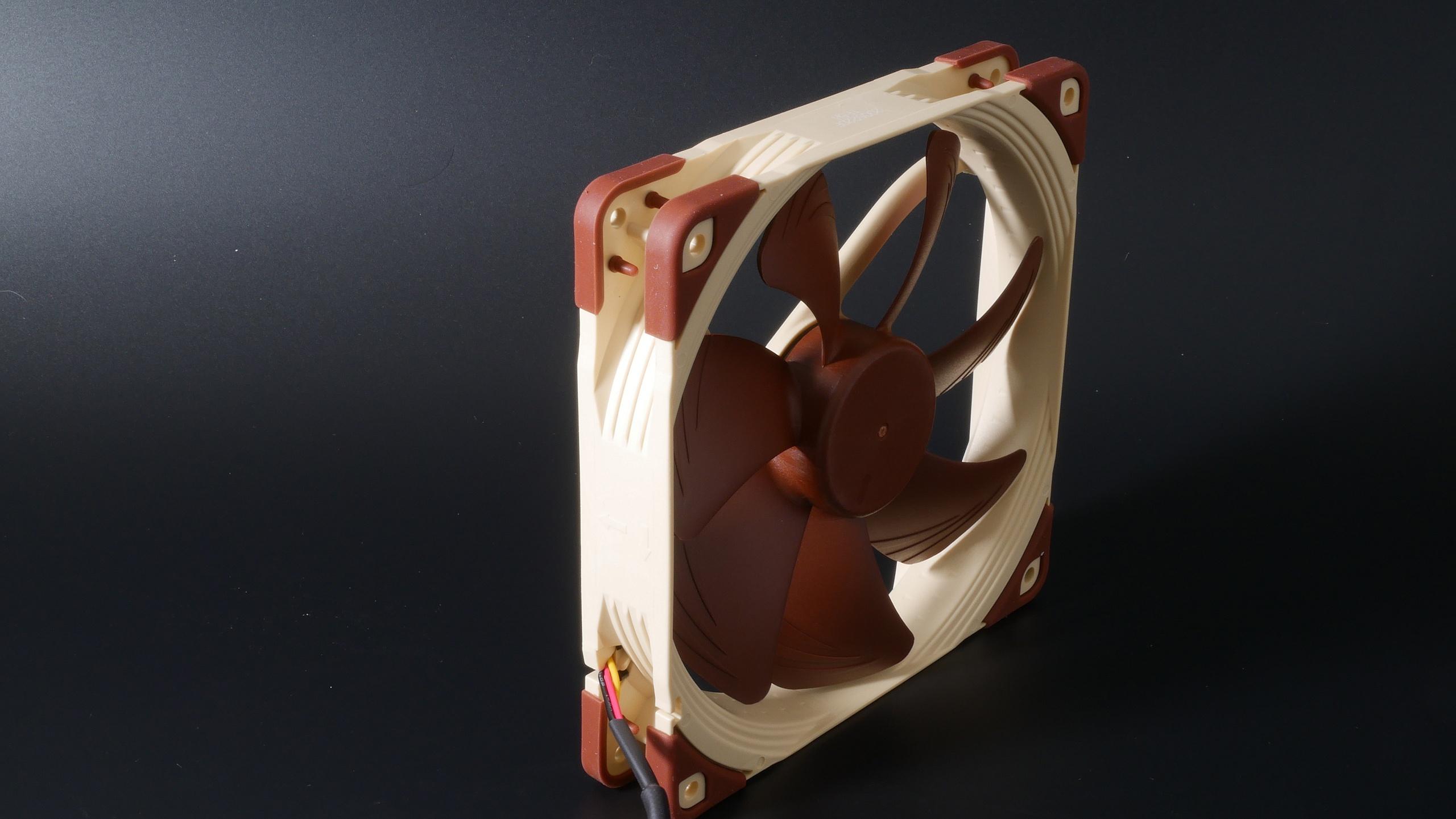 Noctua NF-A14 FLX im Test in der Messkammer- Referenz für unsere Reviews und die Datenbank der 140-mm-Lüfter